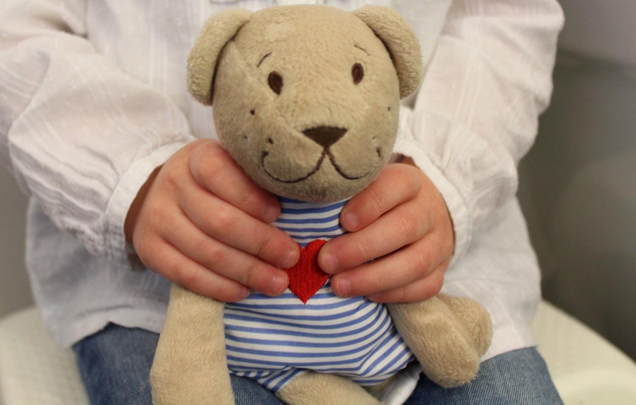 kraamcadeau knuffel handjes pop baby