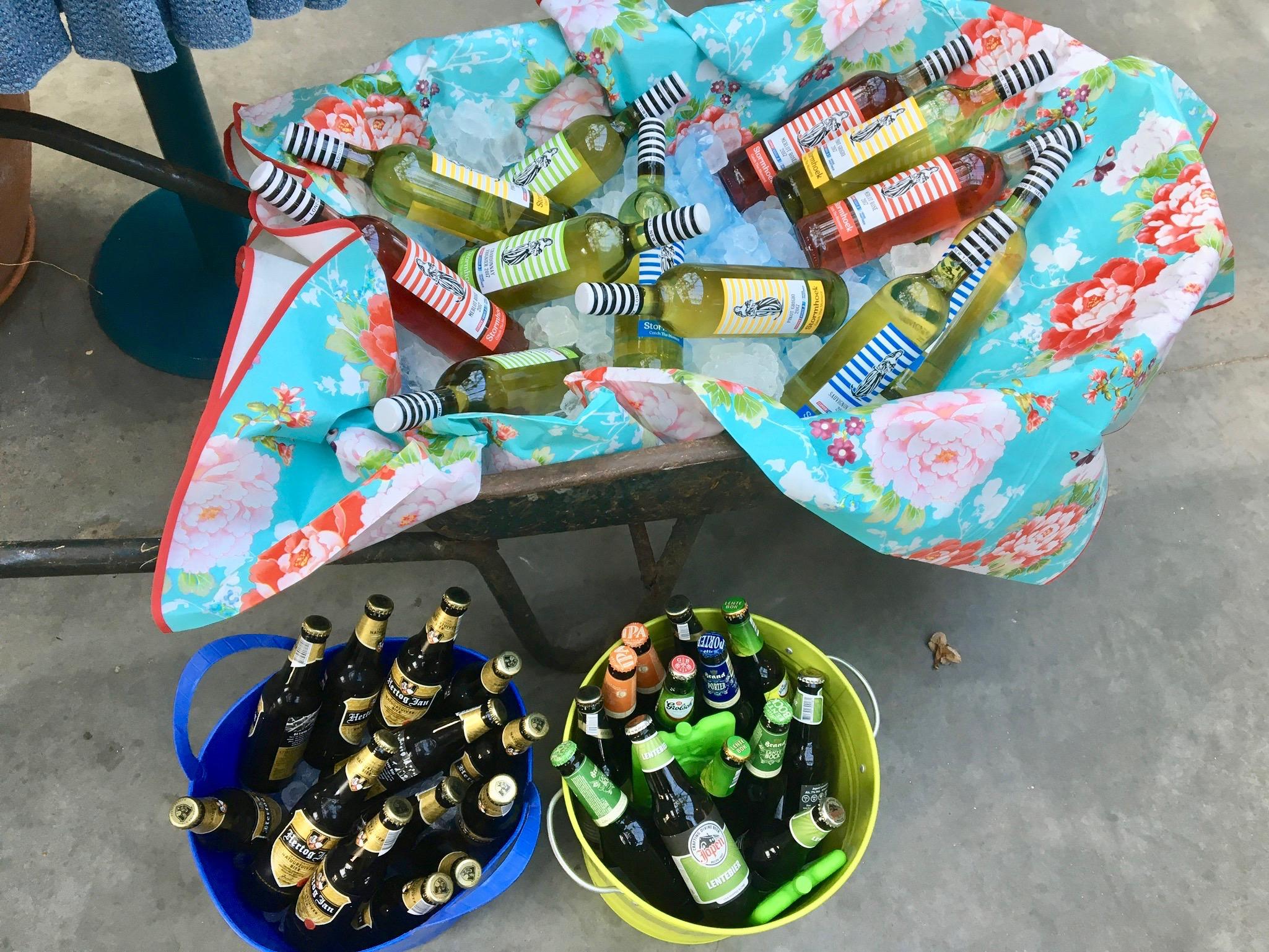 Drinken in kruiwagen en emmers 2