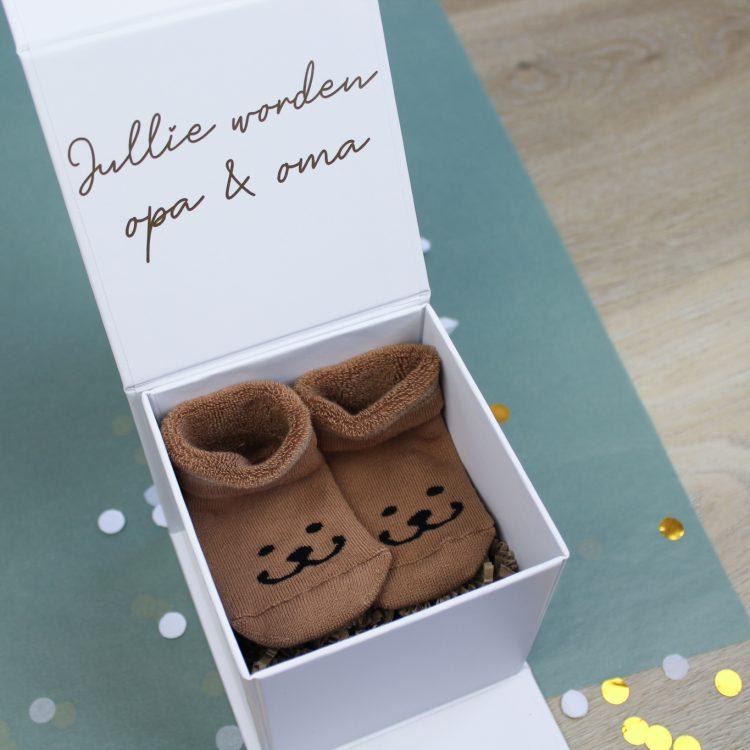 onthullingsbox wit binnenkant sokjes zwangerschapsaankondiging zwanger ideefabriek voorbeeld opa en oma